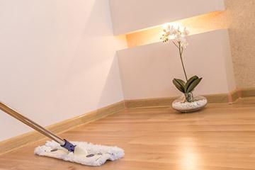 Reinigung und Pflege von modernen Bodengelägen